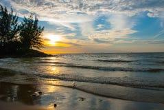 在日落期间,使水、天空和云彩环境美化,城市民都鲁,婆罗洲,沙捞越,马来西亚的看法 Pantai Temasya丹戎巴图 图库摄影