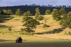 在日落期间,环境美化与一个小屋在黑山 库存图片