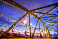 在日落期间,电烙金属桥梁,在雅典,希腊 库存图片