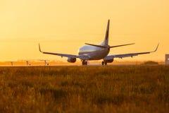 在日落期间,登陆一架大型飞机 免版税库存图片
