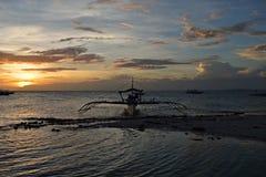 在日落期间的典型的Bangka在海岛Pamilacan上在菲律宾 免版税库存图片