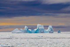 在日落期间的冰山 库存图片