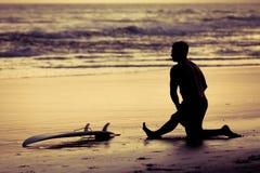 在日落期间的冲浪者剪影 免版税库存照片