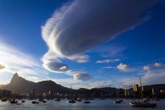 在日落期间的双突透镜的云彩 免版税库存照片