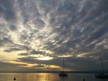 在日落期间的宁静在云彩后 免版税库存照片
