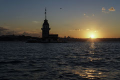 在日落期间的少女` s塔在伊斯坦布尔,土耳其 库存图片