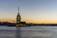 在日落期间的少女` s塔在伊斯坦布尔,土耳其 免版税库存图片