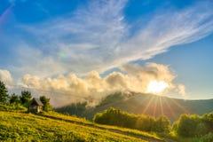 在日落期间的山 在夏时的美好的自然风景 图库摄影