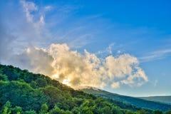 在日落期间的山 在夏时的美好的自然风景 免版税库存照片