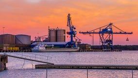在日落期间的巨型的蓝色起重机 免版税库存照片