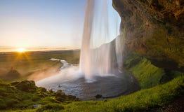 在日落期间的巨大和剧烈的瀑布, Seljalandsfoss,冰岛 库存照片