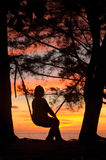 在日落期间的摇摆 免版税库存照片