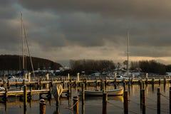 在日落期间的斯堪的纳维亚小船在冬天 免版税库存照片