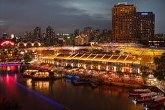 在日落期间的新加坡克拉码头 库存照片