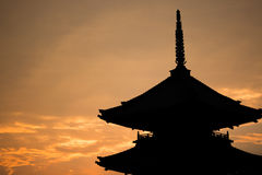 在日落期间的日本寺庙剪影 免版税库存照片