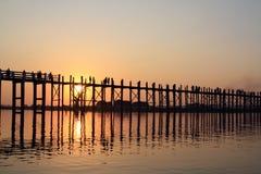 在日落期间的木桥梁 库存图片