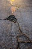 在日落期间的残破的沥青 库存图片