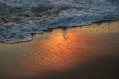 在日落期间的波浪在埃尔莫萨海滩 免版税库存图片
