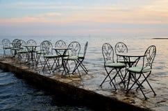 在日落期间的海边餐馆 库存照片