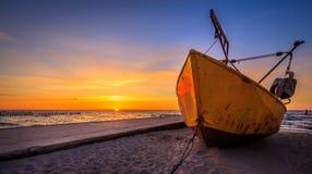 在日落期间的渔船 图库摄影