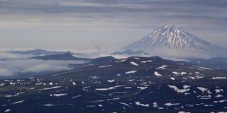 在日落期间的火山Vilyuchinsky 堪察加,俄国 库存照片