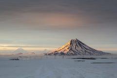 在日落期间的火山Vilyuchinsky 堪察加,俄国 库存图片