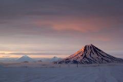 在日落期间的火山Vilyuchinsky 免版税库存照片
