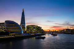 在日落期间的现代伦敦都市风景 免版税库存照片
