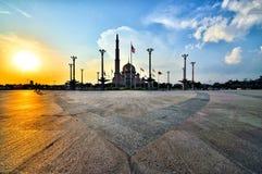 在日落期间的现代清真寺 图库摄影
