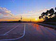 在日落期间的空的停车处 库存照片
