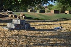 在日落期间的空的儿童游戏区域 免版税图库摄影