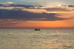 在日落期间的美丽的天空在渔船 免版税库存图片