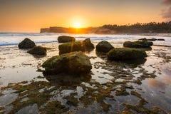 在日落期间的美好的海景与行动挥动在Klayar海滩,印度尼西亚 库存照片