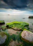 在日落期间的美好的海景在一个风雨如磐的晚上以后 免版税库存图片