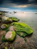 在日落期间的美好的海景在一个风雨如磐的晚上以后 库存照片