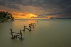 在日落期间的老渔码头在渔村在马来西亚 库存图片