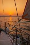 在日落期间的航行游艇 库存图片