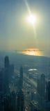 在日落期间的迪拜海岸线 免版税图库摄影