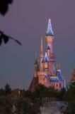 在日落期间的迪斯尼城堡 免版税库存照片