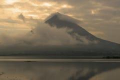 在日落期间的阿雷纳尔火山 免版税库存图片