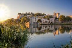 在日落期间的阿维尼翁老桥梁在普罗旺斯,法国 图库摄影