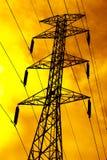 在日落期间的高输电线在晚上 免版税库存照片