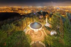 在日落期间的巴塞罗那都市风景 免版税库存照片