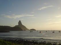 在日落期间的费尔南多・迪诺罗尼亚群岛巴西海滩 免版税库存图片