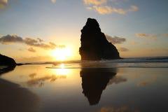 在日落期间的费尔南多・迪诺罗尼亚群岛巴西海滩- cacimba做padre 库存图片