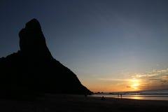 在日落期间的费尔南多・迪诺罗尼亚群岛巴西海滩- Pico小山 库存照片