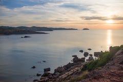 在日落期间的Playa de Cavalleria海滩 免版税图库摄影
