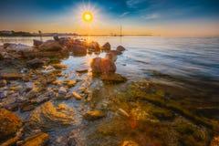 在日落期间的Seacost海滨在塔林,爱沙尼亚 库存图片