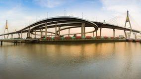 在日落期间,全景双吊桥连接到高速公路互换在曼谷泰国 库存图片