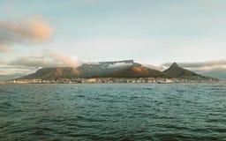 在日落期间,海上制表从游艇的山景  免版税库存照片